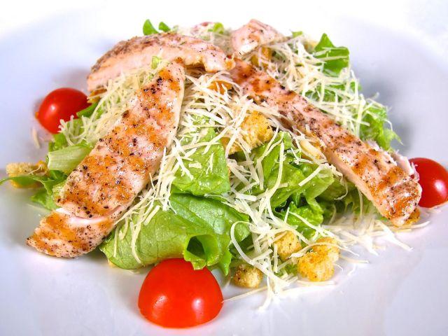как приготовить чесночный соус к салату цезарь с курицей