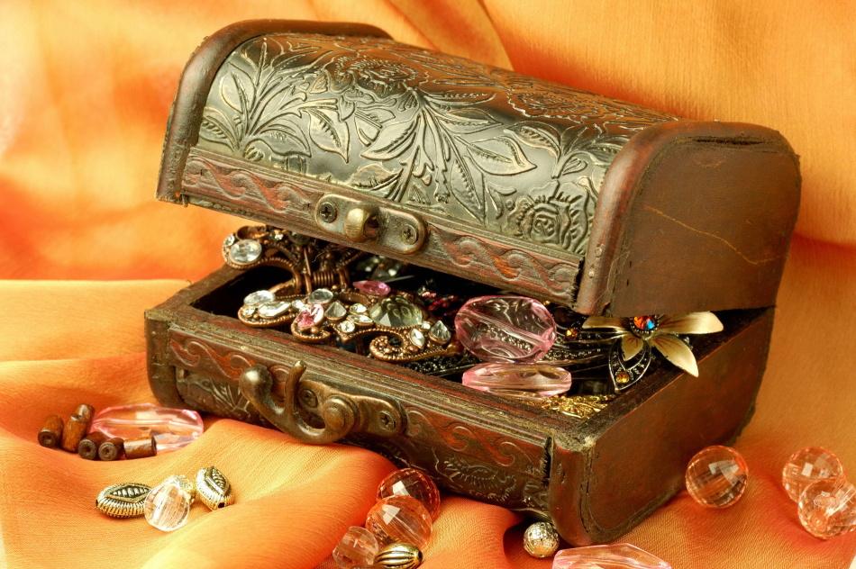 Можно ли носить украшения умершего родственника?