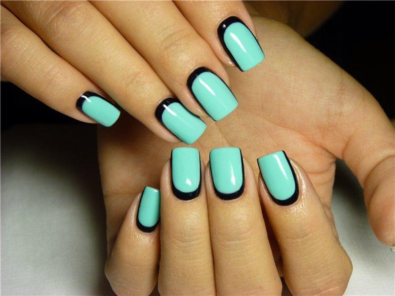 Мятные ногти с чёрным