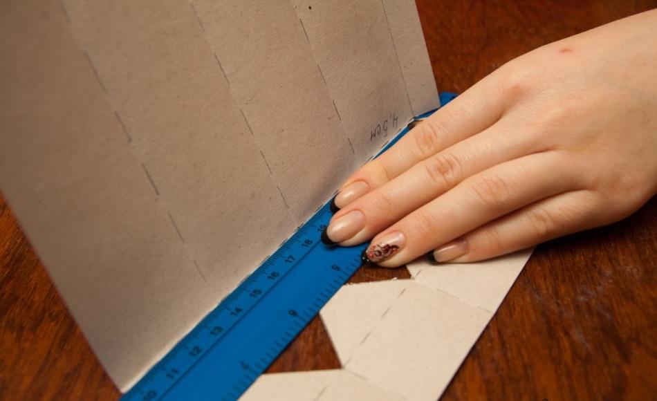 Сгиб поперечных линий заготовки упаковки для конфет