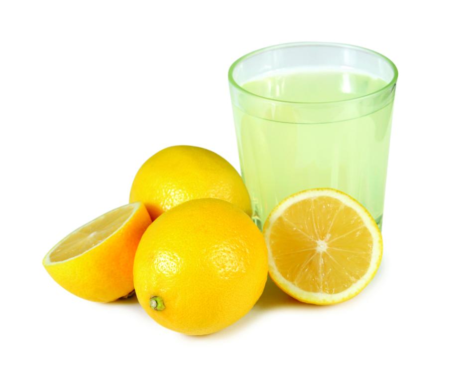 Сок лимона оказывает благоприятное воздействие на состояние волос и кожи головы
