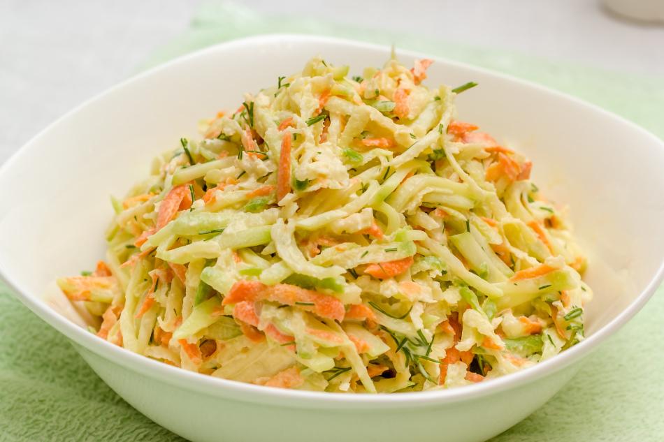 салат из зеленой редьки ,капусты и чипсов