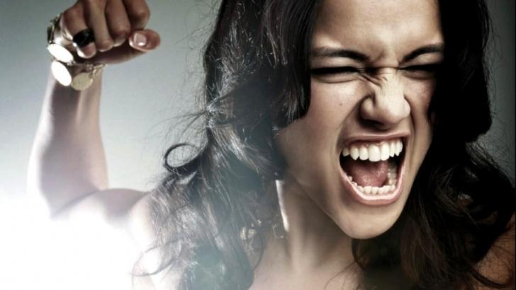 Взрослую даму унижают девушки фото 575-174