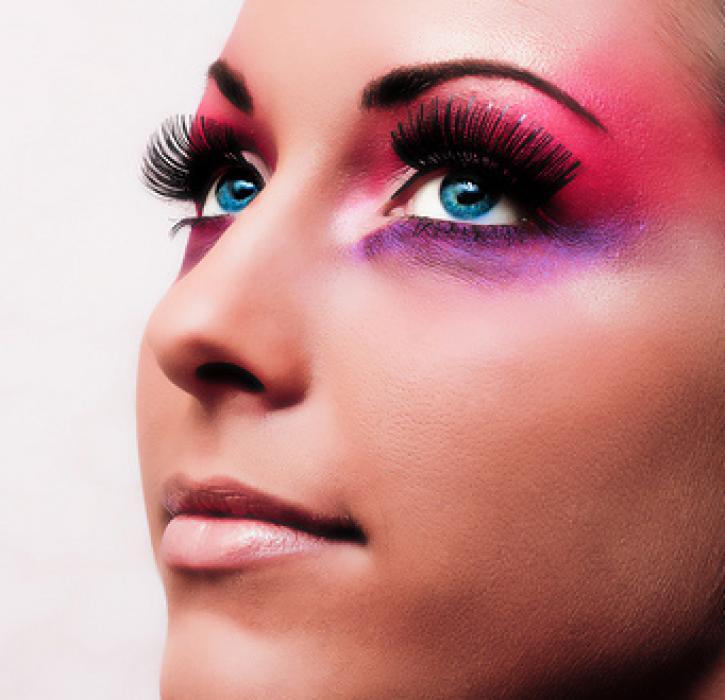 Даже если макияж декоративный, сделайте акцент на чём-то одном