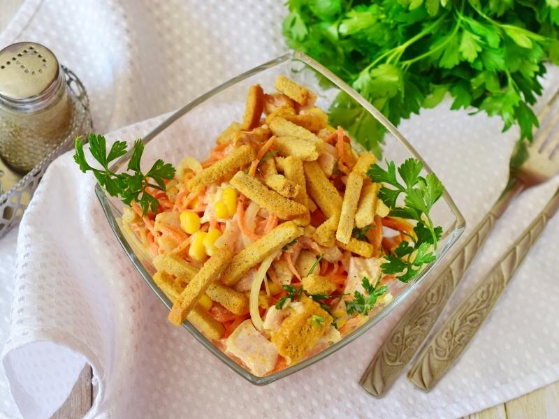 Красивая подача салата с кириешками