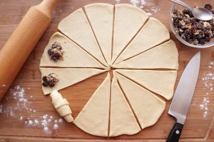 Раскатайте творожное тесто в пласт и разделите на 16 частей