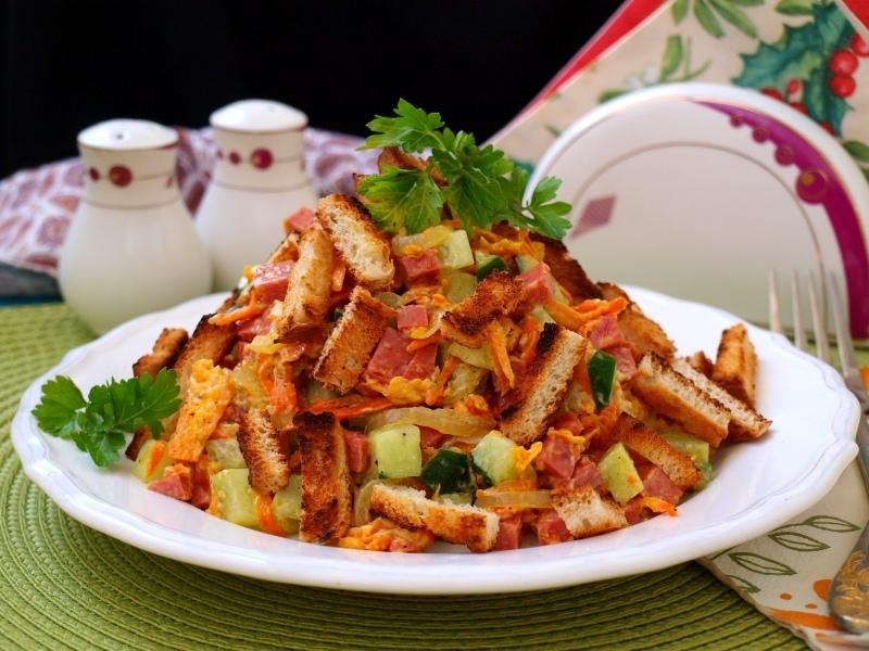 Салат с кириешками, ветчиной и грибами