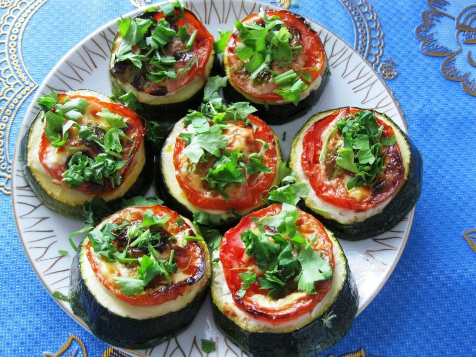 кабачки жареные в кляре с помидорами и чесноком