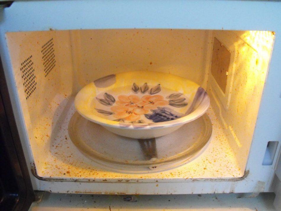 Почистить микроволновку в домашних условиях с помощью соды и уксуса