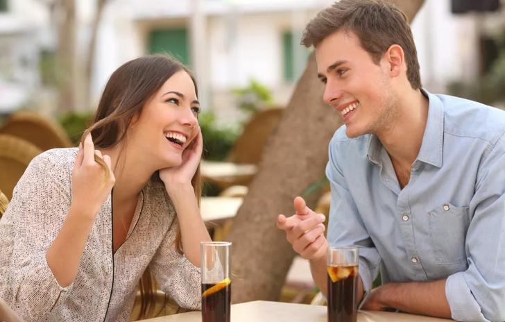 Девушка легко и просто общается с парнем