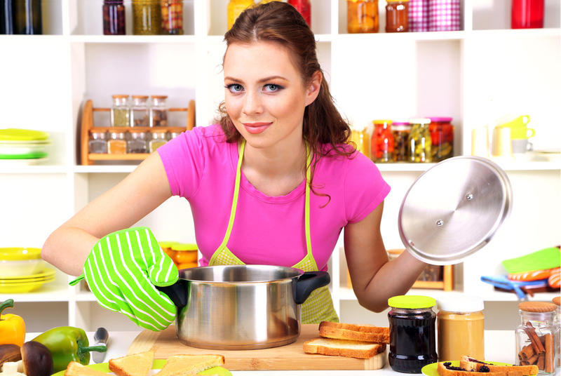 милые шалости хозяина и кухарки на кухни