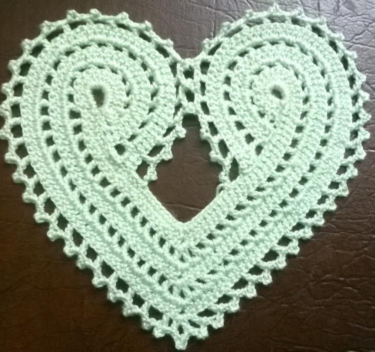 Как связать крючком салфетку в форме сердца