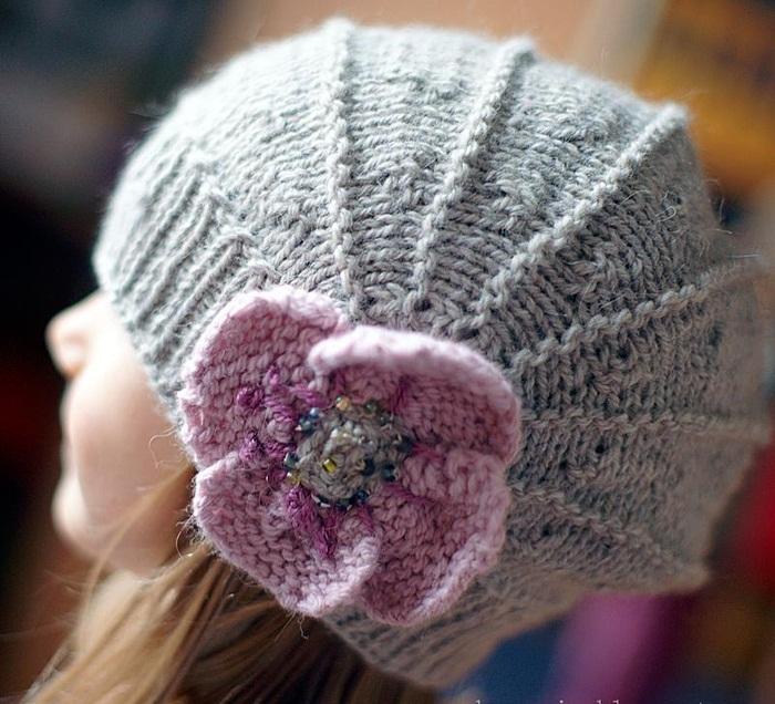 Красивая вязаная шапка с цветком на девочке