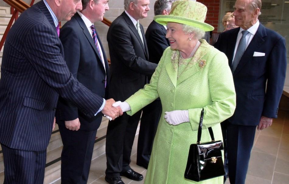Королева великобритании елизавета ii и ее сумочка