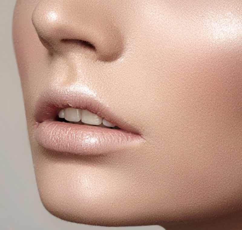 Светлый карандаш для губ в макияже используется для того, чтобы сделать контуры размытыми