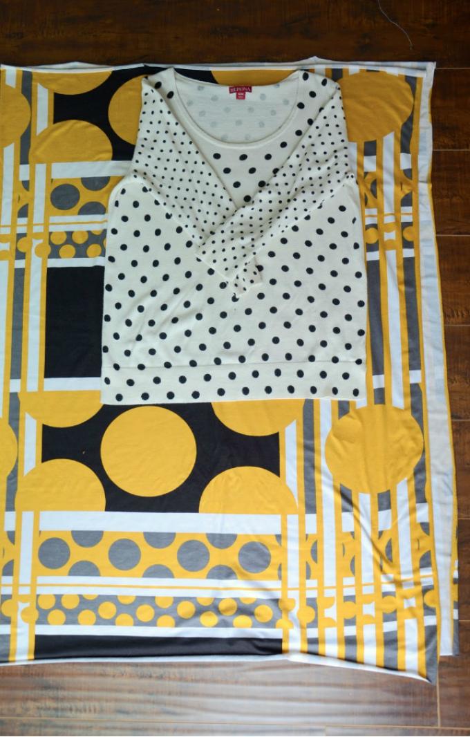 Для изготовления простого прямого платья лучше использовать футболку как ориентир