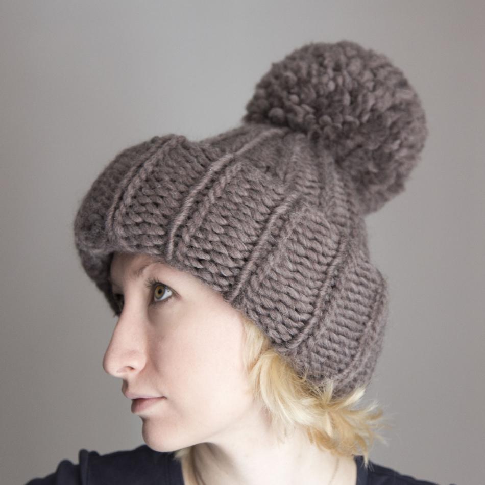 объемная зимняя вязаная шапка для женщины спицами и схема к ней