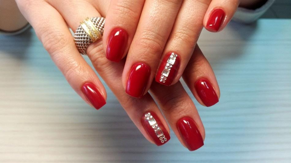 Фото дизайн ногтей красным гель лаком со стразами