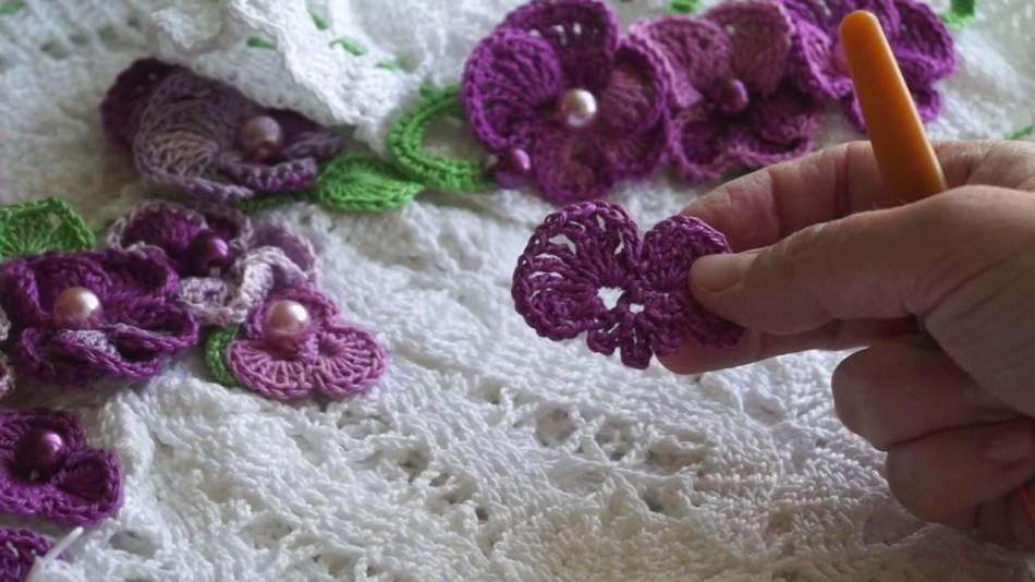 Как связать крючком салфетку с цветами, фиалками