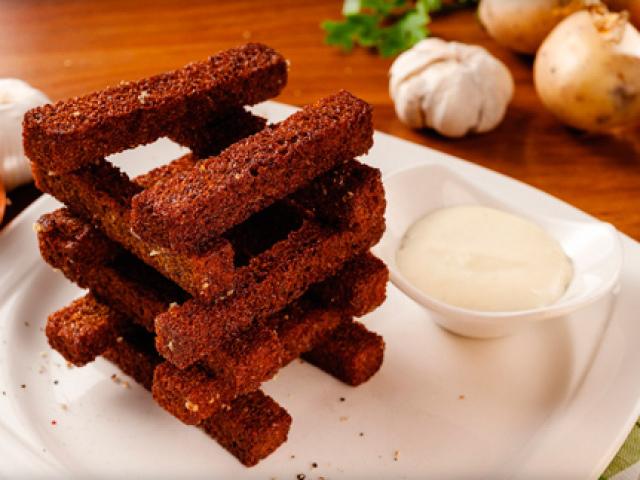 сухари из черного хлеба с чесноком