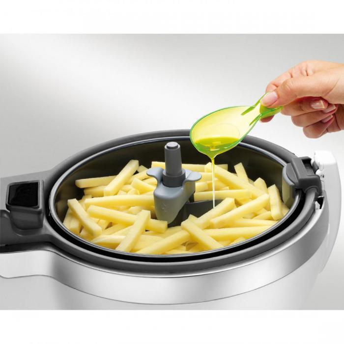 Девушка готовит в мультиварке картошку