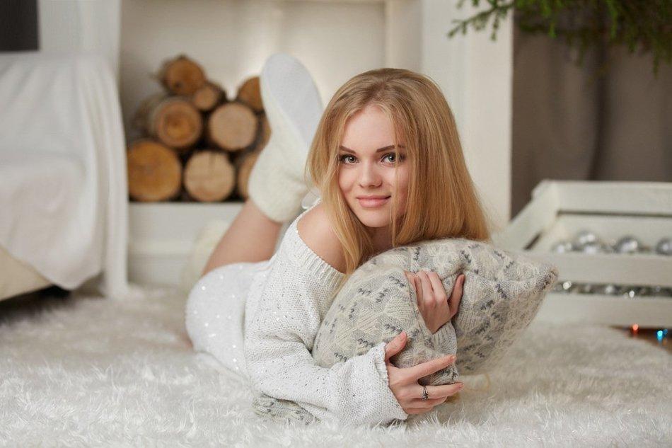 """""""уютное"""" фото на полу под елкой (на мягком ковре или шкуре медведя)"""