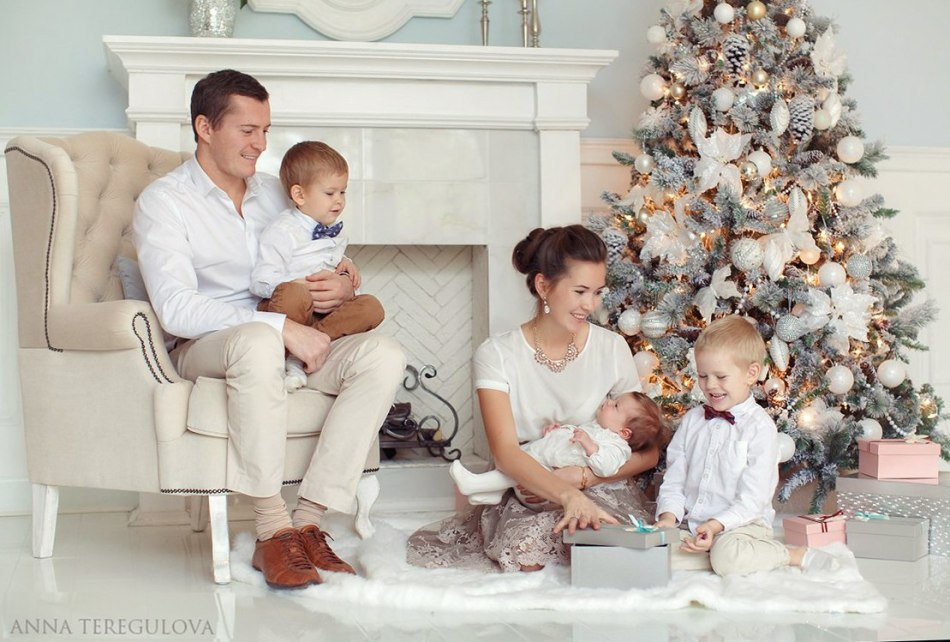 Фото семейное под елкой