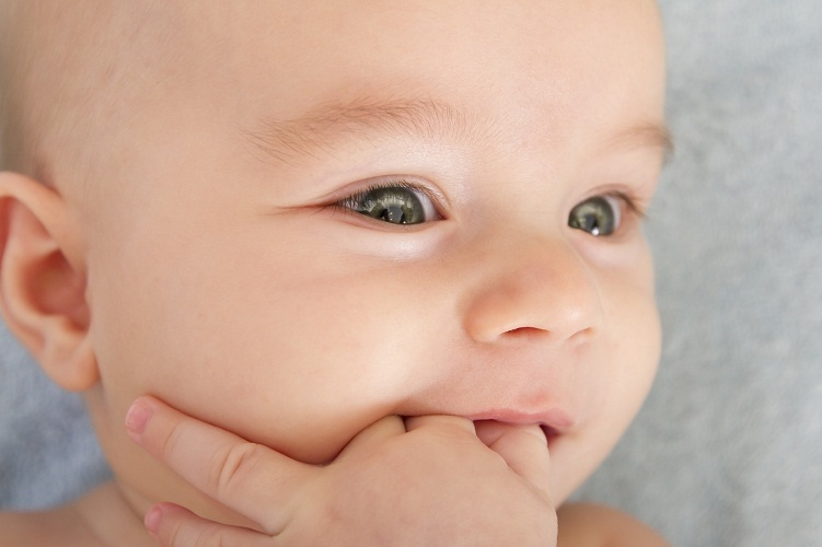 Тяжее всего вылазят первые зубки и клыки молочных зубов