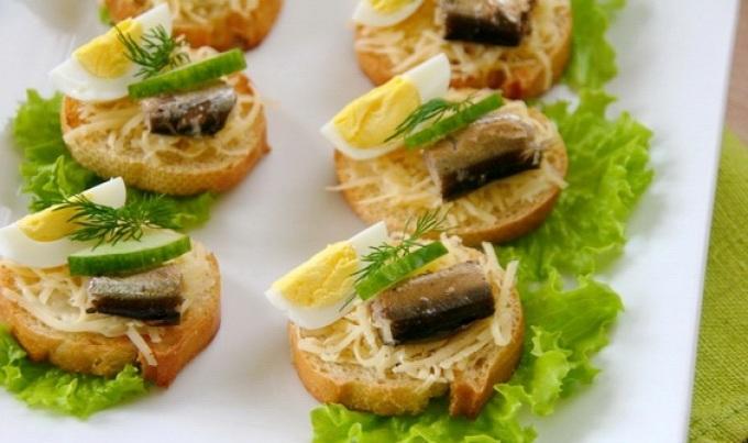 Бутерброды со шпротами на жареном батоне.