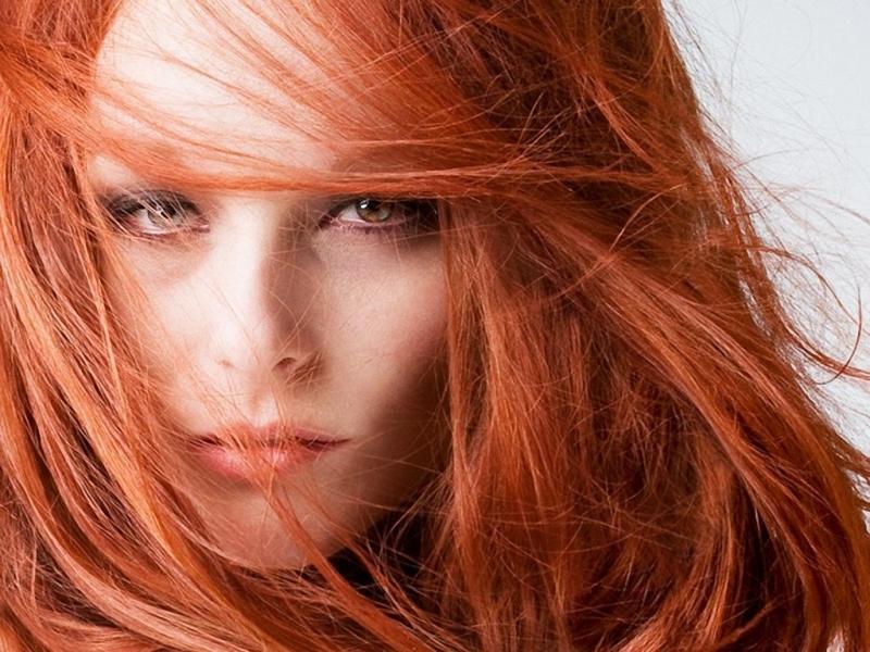 Обладательница зеленых глаз стоит подчеркнуть их красоту ярким цветом волос