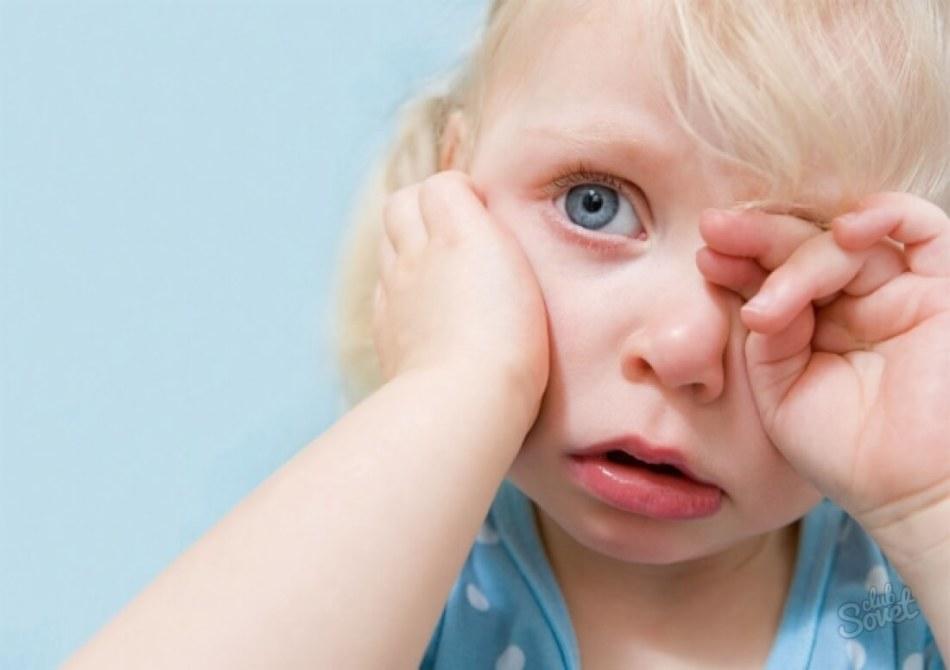 Малыш плачет из-за боли в ручке