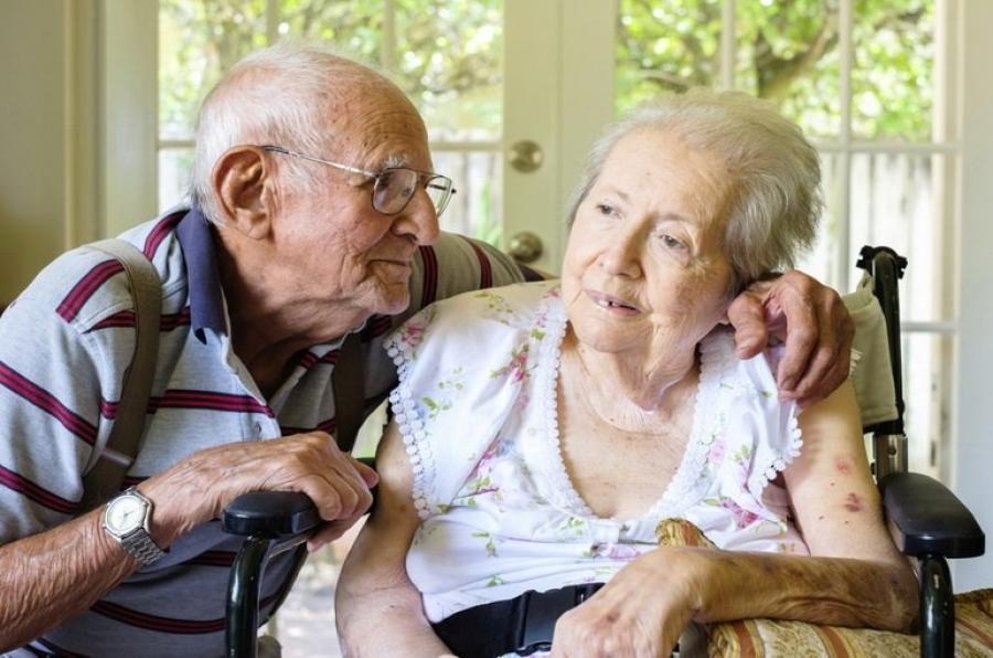 При болезни альцгеймера пожилым людям становится тяжело выполнять повседневные простые задачи