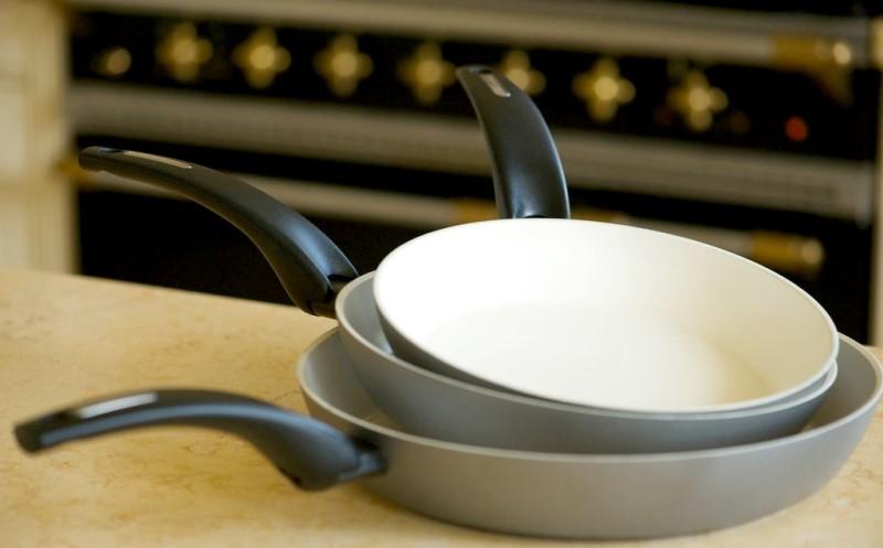 Держим сковородки в чистоте