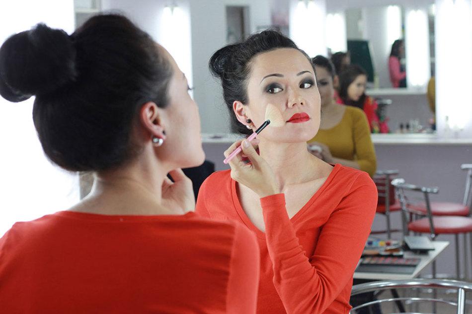 Курсы визажа станут отличным подарком для любящих делать себе макияж девушек
