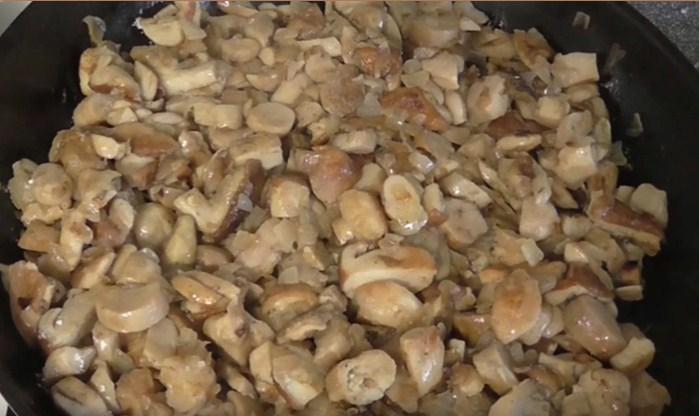 Жарим грибочки с чесноком и луком