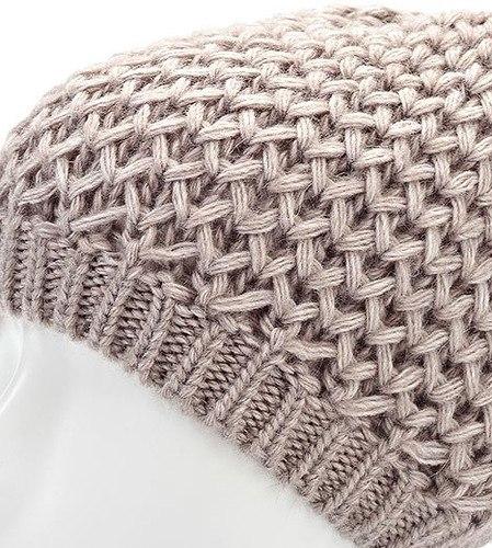 shapka-svyazannaya-setchatim-uzorom Шапка спицами для мальчика на весну, осень, зиму: описание и схема. Как связать детскую шапку для мальчика спицами шлем, ушанку, миньон, с шарфом?