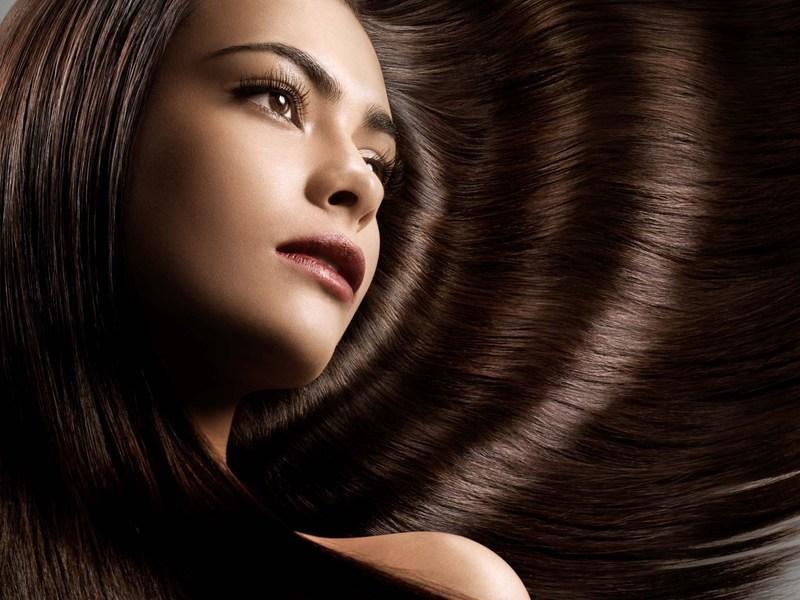 Девушкам со светло-карими глазами лучше выбрать тон посветлее, избегая черного и темно-коричневого