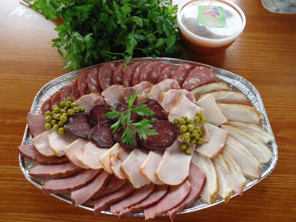 0765f2ab8ca8874f6468be52fd0ff5c7 Вкусная и красивая мясная нарезка - фото идеи, мясное ассорти
