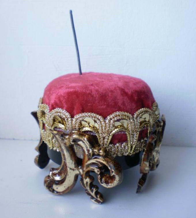 kak-sshit-kukolnii-myagkii-pufik-svoimi-rukami-iz-podruchnih-materialov-gotovo Домик и мебель для кукол своими руками из картона: схема, выкройка, фото. Как сделать кровать, диван, шкаф, стол, стулья, кресло, кухню, холодильник, плиту, коляску для кукол из картона своими руками