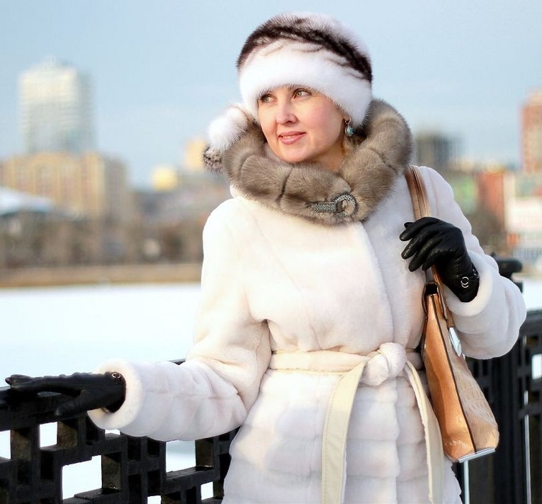 Портрет девушки в зимнем городе