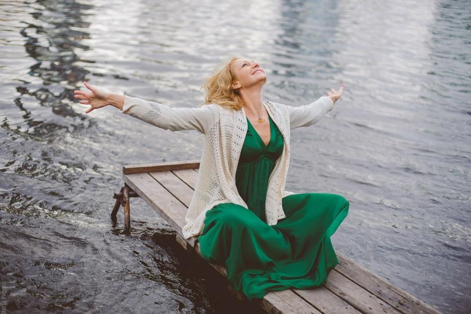 Девушка на реке восстанавливает душевные силы