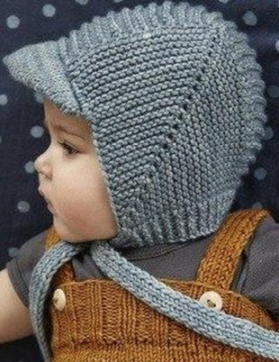 shapochka-na-zavyazkah Шапка спицами для мальчика на весну, осень, зиму: описание и схема. Как связать детскую шапку для мальчика спицами шлем, ушанку, миньон, с шарфом?