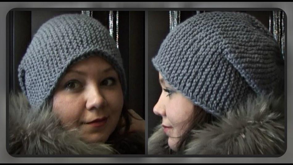 Готовая серая шапка-бини на девушке, связанная паточным узором