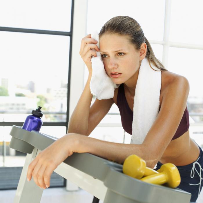 Девушке в спортзале плохо из-за короткого перерыва после приема пищи