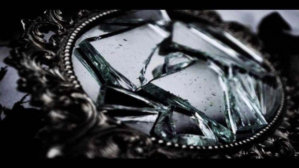 Если треснуло зеркало, возможно в доме завелась нечистая сила