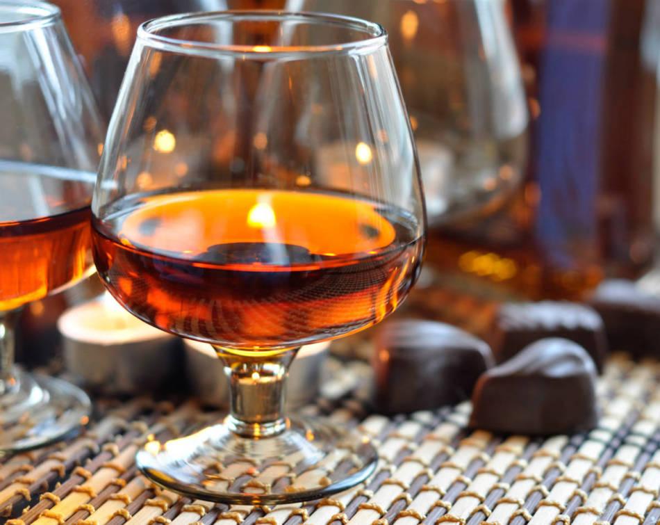 Коняк в алкогольный глинтвейн следует добавлять в небольшом количестве