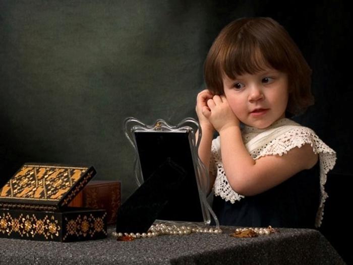 Ребенок примеряет серьги