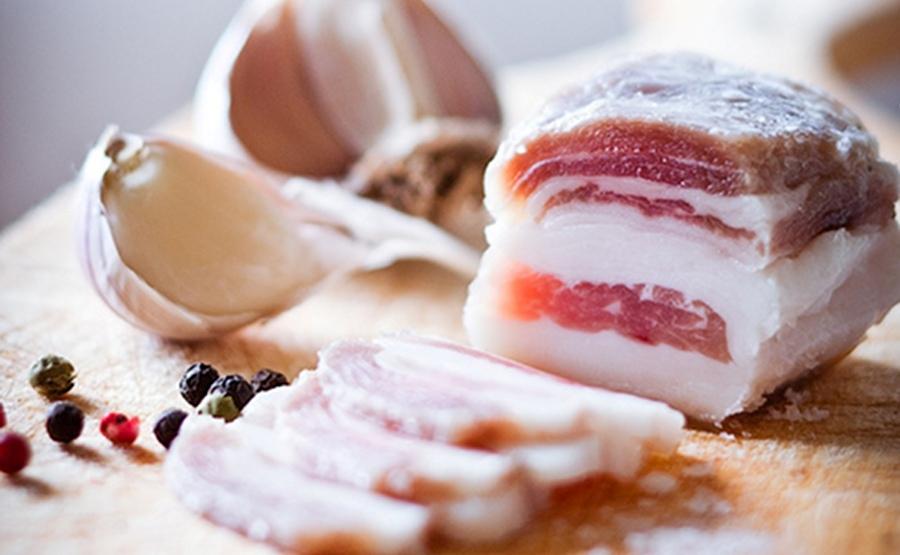 Соленое сало с чесноком - польза