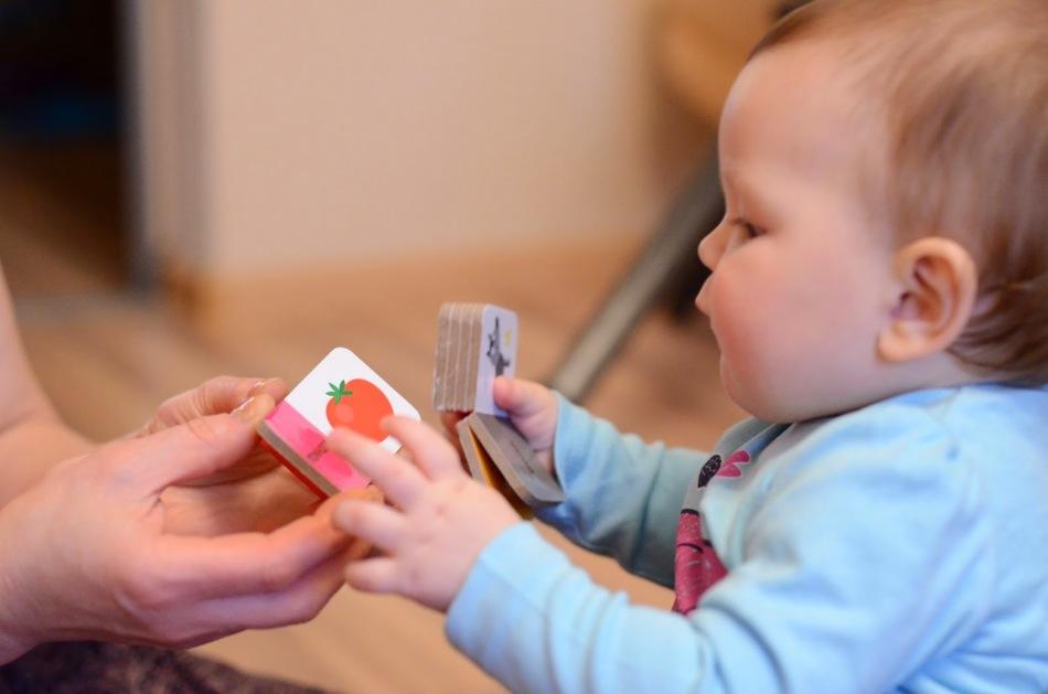 Ребенок смотрит на картинки