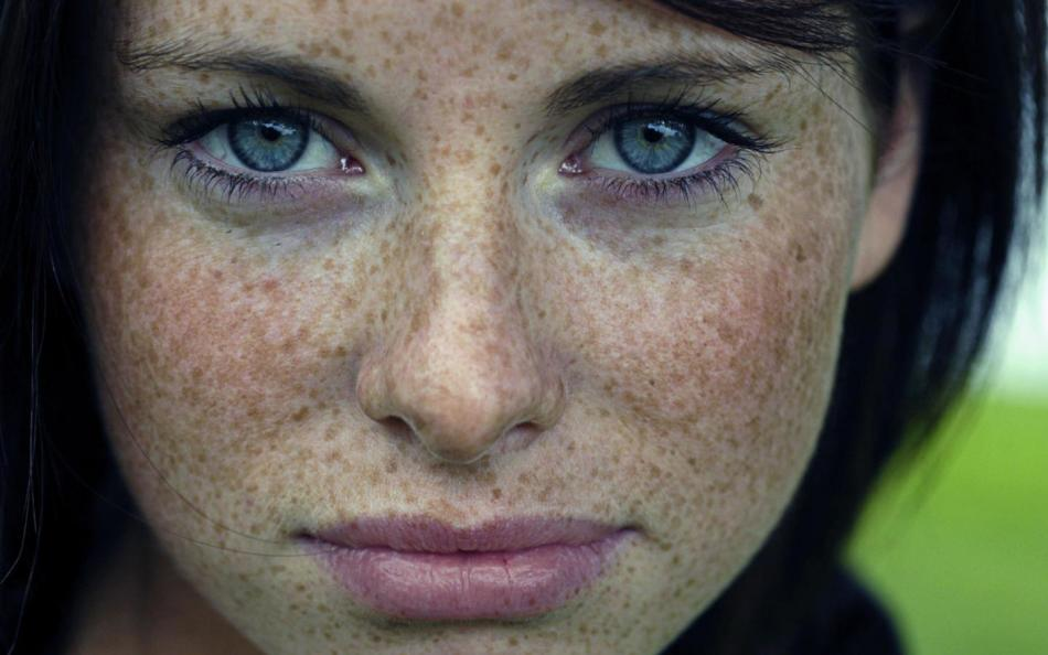 Девушкам с веснушками нужно быть аккуратными с выбором масок